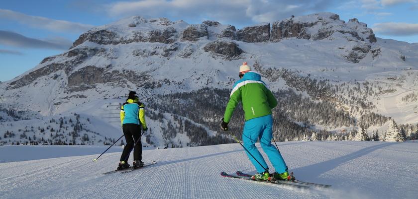 italy_dolomites-ski-area_skiers_in_Arabba.JPG